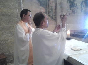 Fr. Ruben consecrating the Blood of Christ